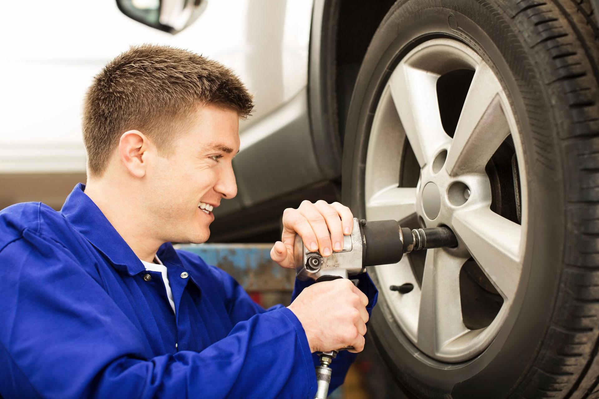 Mechanic-Changing-Tyre-20273691